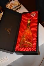 Garrafa de cristal com detalhes em ouro 18 quilates do espumante Rinaldi Supreme Extra Brut é praticamente uma joia