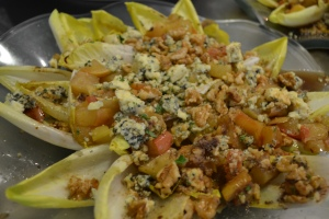 Salada de Endívias com frutas carameladas, gorgonzola e nozes