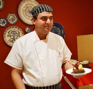Chef Juliano Braz prepara parte das sobremesas na frente dos hóspedes