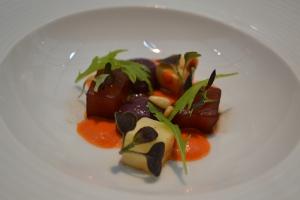 Atum curado, creme de verduras assadas e queijo marinado