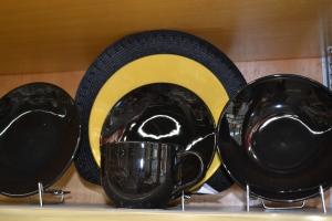 preto e amarelo nas louças