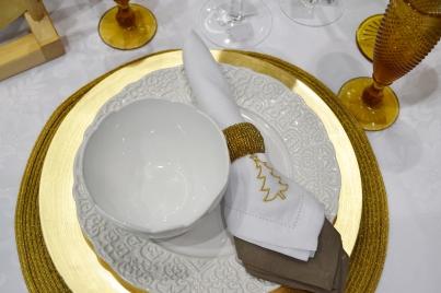 Mesa Natal branca e dourada