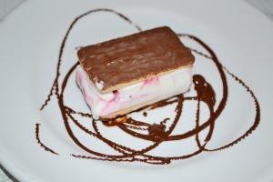 sanduíche de sorvete de iogurte com amarena
