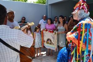 Família de Ana Paula Horta recebe a bandeira da companhia de Folia de Reis