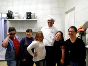 Os alunos Daniel, Marina, Bianca, Marina e Evandro com o chef Davi Furigo