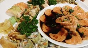 Cinquenta peças de sushis e sashimis compõem o combinado pra dois