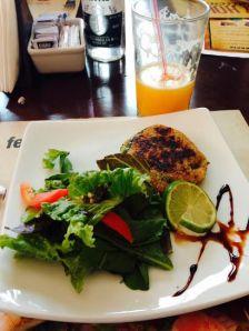 Hamburguer com quinoa e salada é uma das opções saudáveis