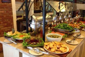 Buffet no almoço traz 16 opções de salada e quatro acompanhamentos. Foto: Divulgação