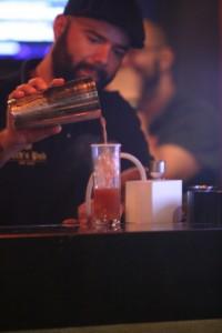 Ed Carneiro usa mini-defumador a frio para finaliza o Bloody Mary