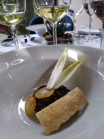 Endívias, quinoa com romã, kinkan e queijo feta